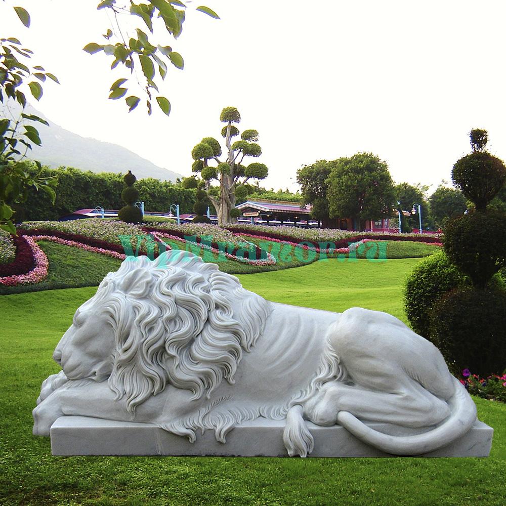 Скульптуры лежащих львов из натурального мрамора